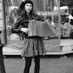 18ème arrondissement – Quand Marion est à l'accordéon place des Abbesses