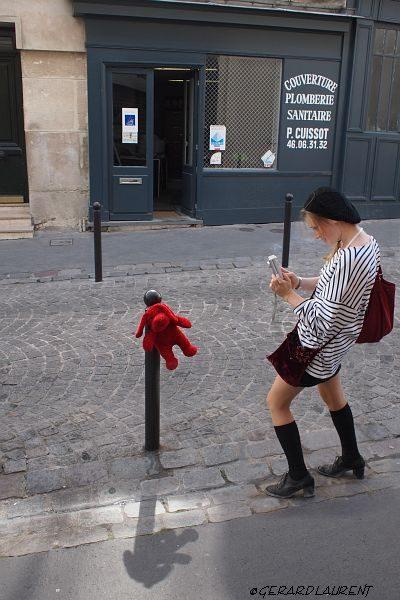 180053_paris_la_fille_a_la_peluche_de_la_rue_la_vieuville