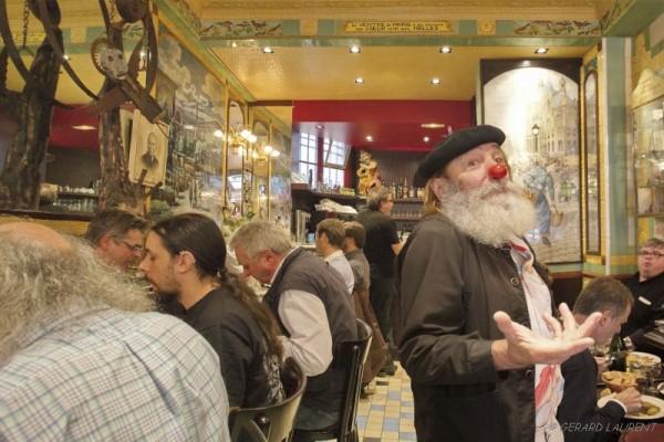 010045 - le Christ Inn's rue Montmartre