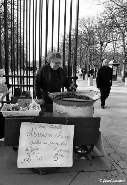 060028 - Mireille vend ses marrons devant le jardin du Luxembourg