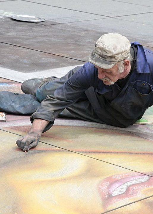 4ème arrondissement – Helmut dessine à la craie devant Beaubourg