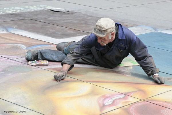 040046 - Helmut dessine devant Beaubourg