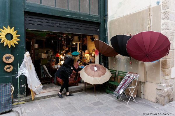 4ème arrondissement - Julie et son parapluie rue des Guillemites