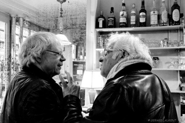 Discussion serrée au comptoir du verre à pied