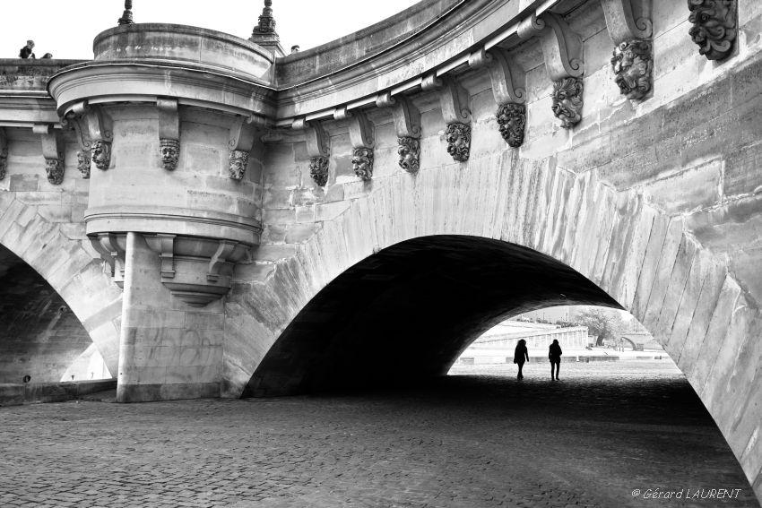 Sous les mascarons du Pont neuf
