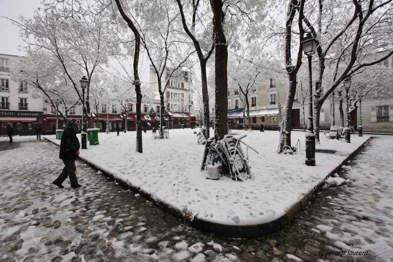 180055 - la place du tertre sous la neige