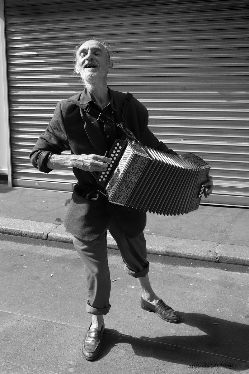 170010_l_accordeoniste_de_la_rue_de_levis